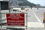Placa de aviso ao atravessar a pista